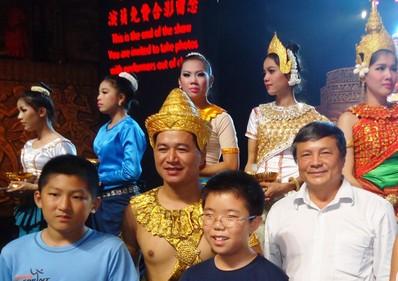 HK chụp ảnh lưu niệm với diễn viên đội múa Hoàng Gia