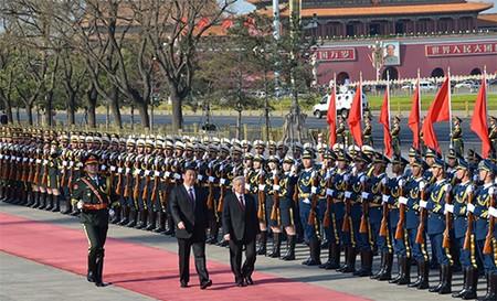 Tổng Bí thư, Chủ tịch nước Trung Quốc Tập Cận Bình và Tổng Bí thư Nguyễn Phú Trọng duyệt đội danh dự. Ảnh TTXVN (Chinhphu.vn)
