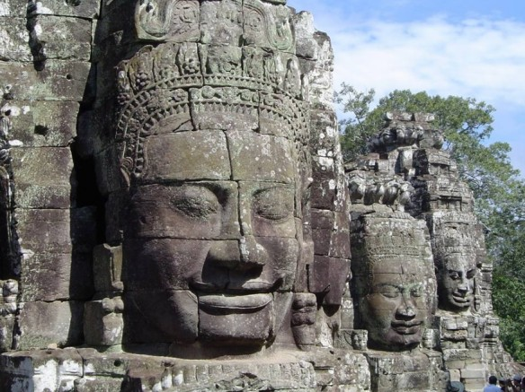 Angkor nu cuoi suy ngam